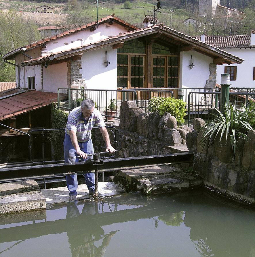 Trabajando en la antepara del molino de Olabarri.